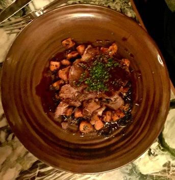 Epaule d'agneau, boniato, échalote, noix, dattes et sauce au sésame noir