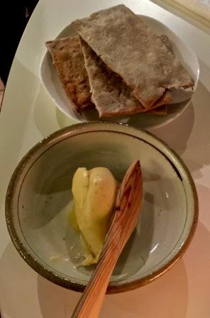 Beurre crémeux et pain suédois au fenouil