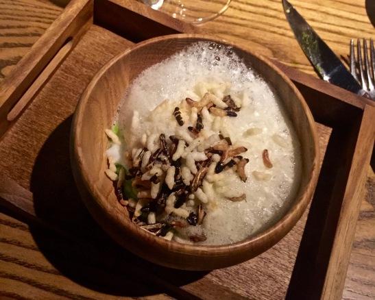 Oeuf confit, pâte à la truffe, purée de petits pois et croustillant de riz sauvage, écume crème d'ail