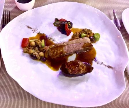 Selle d'agneau de Sisteron rôtie en feuille de bananier, curry madras, figues, olives et aubergines