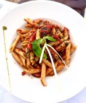 Penne au poulpe, tomates fraîches basilic, piment