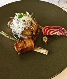 """Pied de porc """"Kintoa"""" pané, poitrine laquée, betterave et oignon rouge en ravigotte"""