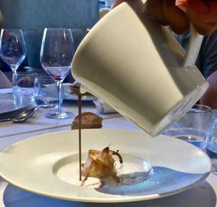 La soupe au chocolat chaud poire pochée croustillante à la frangipane