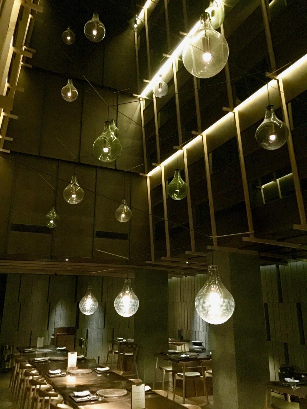 La table commune et la canopée de lumière