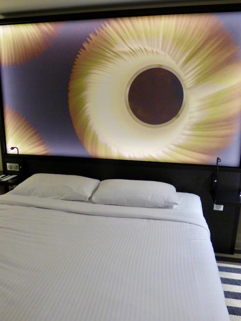 Le lit king-size de la suite