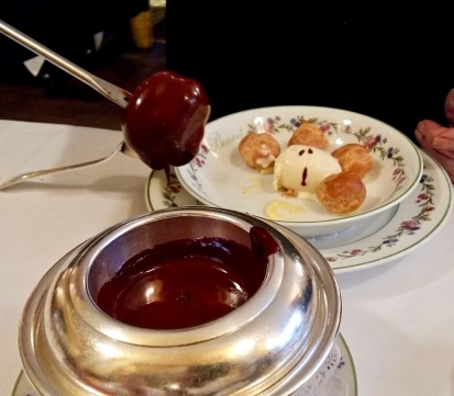 Profiteroles Benoit, sauce chocolat chaud