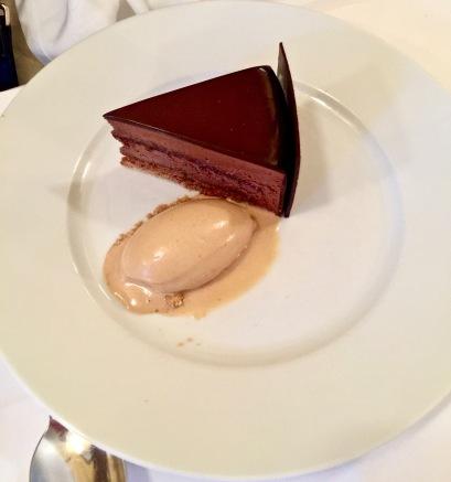 Gâteau chocolat au croustillant de pralin, glace noisette et craquelin