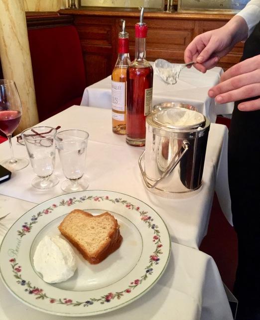 Savarin à l'Armagnac, crème fouettée
