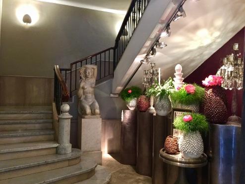 L'escalier et compositions florales
