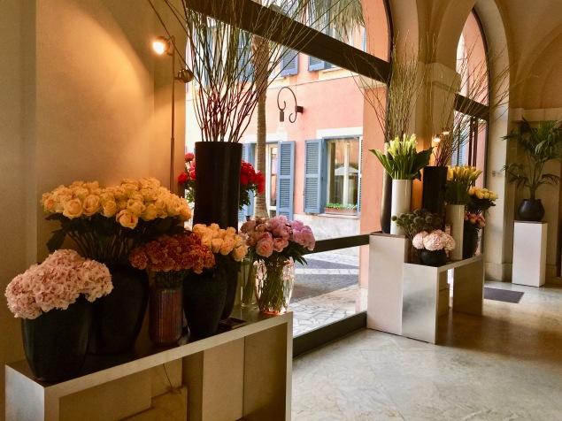 Compositions florales et entrée de la Piazza