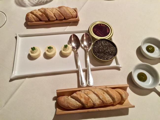 Chia-viar - Graines de Chia travaillées comme un Caviar, beurre de ciboulette, gelée de Dry Martini, condiment piment