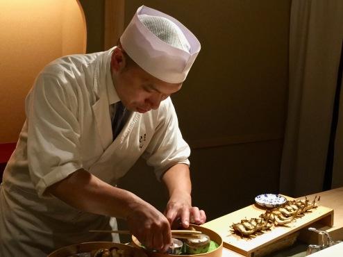Le chef dressant l'Ayu grillé