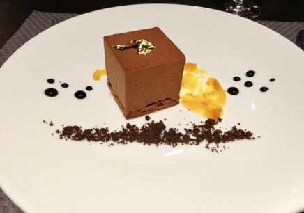 Entremets au chocolat Grand Cru, coeur crémeux au grué de cacao, compotée d'orange amère et sablé croustillant
