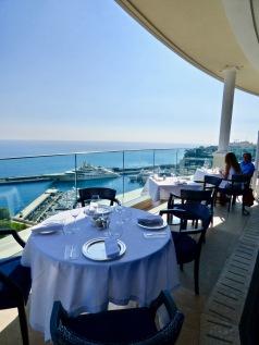 Tables dressées sur la terrasse