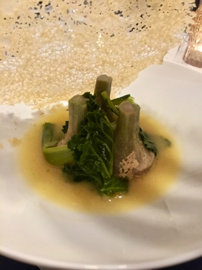 Artichaut Violet // Parmesan Regiano : dorés au sautoir, jus au vinaigre Barolo, dentelle de parmesan ©lepetitlugourmand