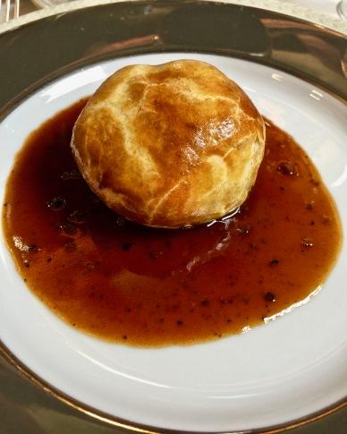 Truffe entière, bardée de lard, au foie gras, en feuilletée et sauce bordelaise à la truffe ©lepetitlugourmand