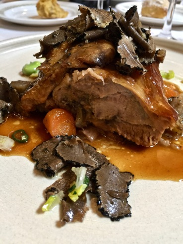 Épaule d'agneau de lait des Pyrénées confite au four pendant 5 heures arrosée de son jus à l'ail et au thym accompagné de légumes de saison et râpée de truffe ©lepetitlugourmand