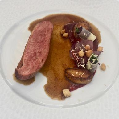 La canette rôtie, fraîcheur de shiso, crème de betterave et poire au balsamique en millefeuille d'oignons rouges ©lepetitlugourmand