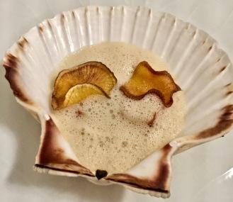 Les Saint-Jacques en duo dans leur coquille, crème de topinambours au mousseux de beurre noisette ©lepetitlugourmand