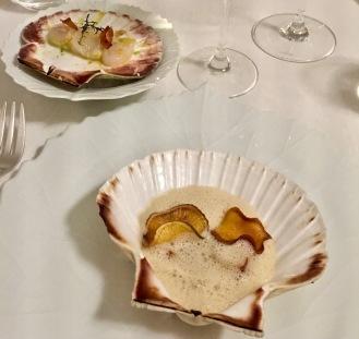 Les Saint-Jacques en duo dans leur coquille, condiment de céleri et raifort, crème de topinambours au mousseux de beurre noisette©lepetitlugourmand