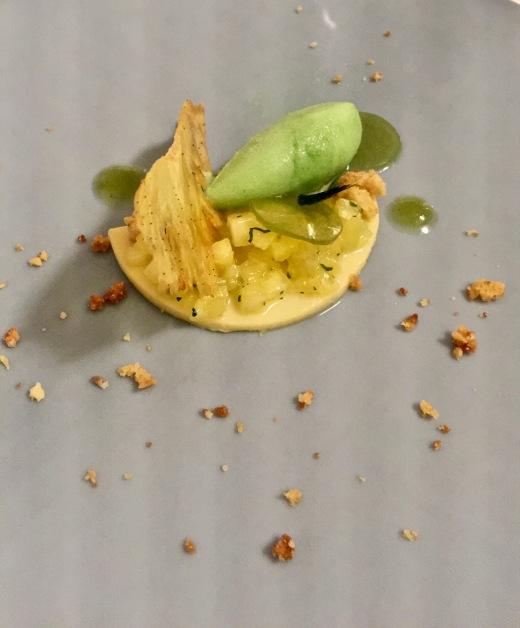 Douceur d'ananas, émietté de sablé breton à la noix de coco, sorbet coriandre ©lepetitlugourmand