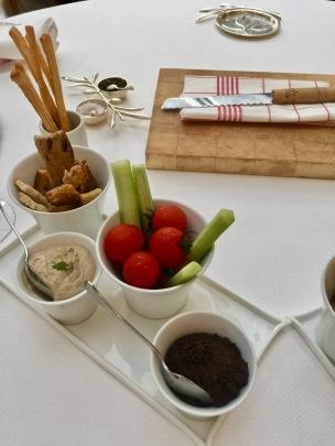 crème d'anchois montée en délicate texture, une tapenade qui est un vrai concentré d'olives au parfum de garrigue ©lepetitlugourmand