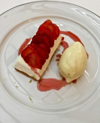 Mousse fromage blanc, fraises de Carpentras, glace huile d'olive ©lepetitlugourmand
