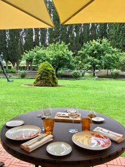 Table dressée pour le déjeuner - Epure et Arts de la Table ©lepetitlugourmand