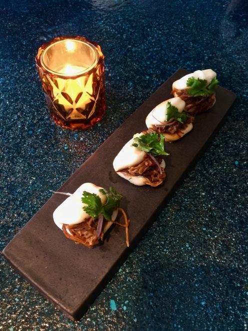 Baos con Cerdo Epaule de porc confite, salsa criolla, chipotle ©lepetitlugourmand