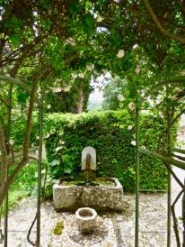 Fontaine et rosier du jardin de l'Hostellerie de l'Abbaye de la Celle ©lepetitlugourmand