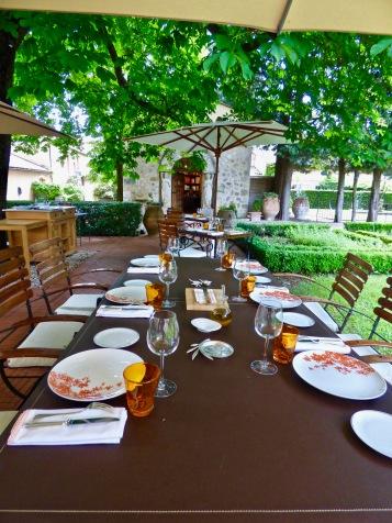 Table dressée pour le déjeuner ©lepetitlugourmand