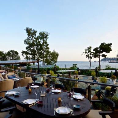 Table sur la terrasse et vue mer et principauté Coya- Monte Carlo ©lepetitlugourmand