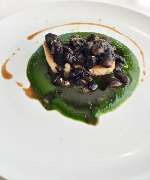 Filet de Maigre, haricot Paimpol à l'encre de seiche ©lepetitlugourmand