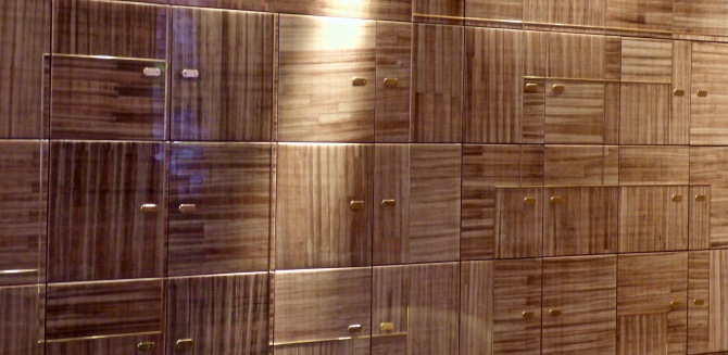 Le mur en bois précieux aux 150 coffres à cigares ©lepetitlugourmand
