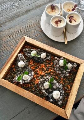 Chips de tapioca à l'encre de sèche, mousse labneh accompagnés depetites pots d'houmous citronné-émulsion cacahuète ©lepetitlugourmand