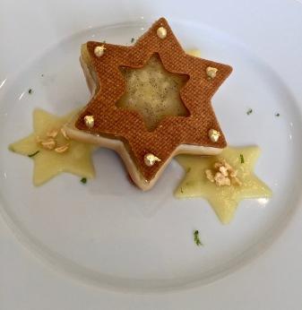 """Bûche """" Etoile sablée, ananas et citron vert"""" de Mathieu Louis chef de partie au Grill à l'Hôtel de Paris @lepetitlugourmand"""