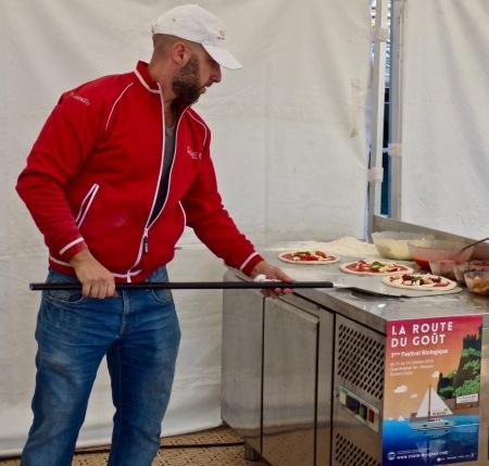 """Démonstration et dégustation de la Pizza Bio """"la Route du Goût"""" du Monte-Carlo Beach doublement primée Meilleure pizza du monde en 2018 à l'occasion du 27ème Pizza World Championship ! ©lepetitlugourmand"""