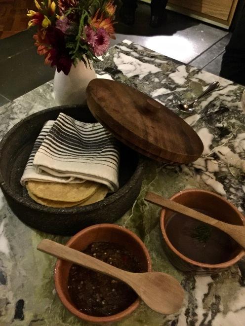 En guise de pain, les tacos raffinés maison servis tièdes dans leur boite ronde accompagnés de leurs sauces piment et haricots sont dans la parfaite tradition mexicaine ©lepetitlugourmand