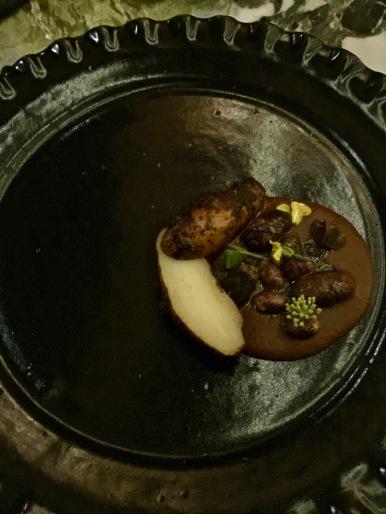 """©lepetitlugourmand Pomme de terre en cuisson """" barbacoa"""" ( cuisson à l'étouffée de feuilles de maguey - agave ) marinée au bouillon de sauterelles avec réduction de haricots noir Ayocote et haricots Vaquita"""
