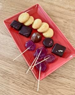 chocolats et sucettes maison à la violette ©lepetitlugourmand