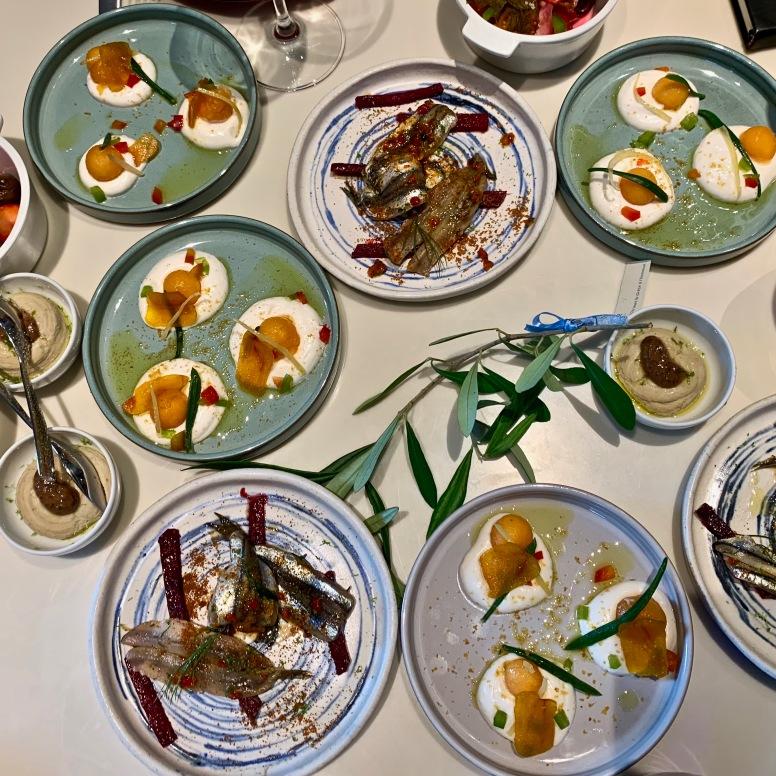 Assortiments servis en Mezzés Salade grecque à la crème de féta /Palikaria de Crète à la grenade / Tarama Evi Evane citron confit & poutargue / Caviar d'aubergine au yaourt grec & au tahini ©lepetitlugourmand