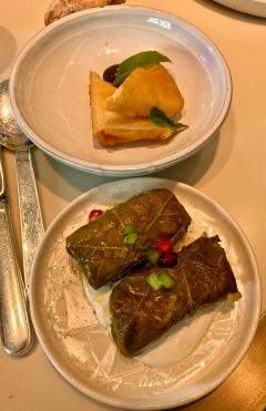"Féta en tempura à l'olive ""gluko koutaliou""et Domades au riz polittiko & sauce avgolemono ©lepetitlugourmand"