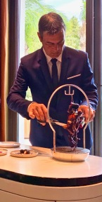 Michel Lang directeur de salle du Louis XV et ÔMER ©lepetitlugourmand