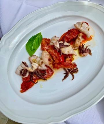 les petits calamars grillés plancha, poivrons confits, spianata calabra ©lepetitlugourmand