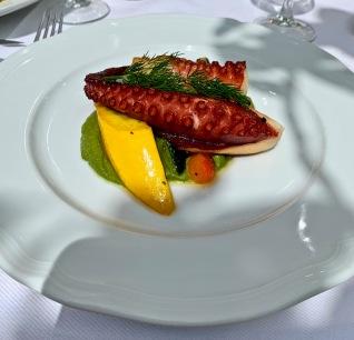 Le Poulpe grillé, aïoli de pesto, tomates, courgettes, aubergines ©lepetitlugourmand