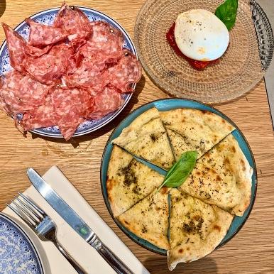 laFinocchiona Toscana IGP ( salami toscan aux graines de fenouil et trempé dans le vin rouge ), la Focaccia et la Burratina des Pouilles à la confiture de tomates et tomates cerises ©lepetitlugourmand