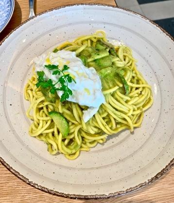 La Zucchine : tagliolini à la crème de courgette, fleurs de courgette et coeur de burrata ©lepetitlugourmand