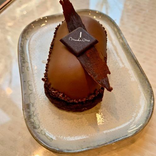 Ebène : entremet chocolat grué de cacao ©lepetitlugourmand