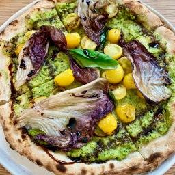 Pizzette Vegana : crème de courgette, radicchio al forno, tomates jaunes, vinaigre balsamique radi©lepetitlugourmand