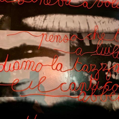Detail de déco : les mots de l'artitse niçoise Florence Cantié- Kramer ©lepetitlugourmand